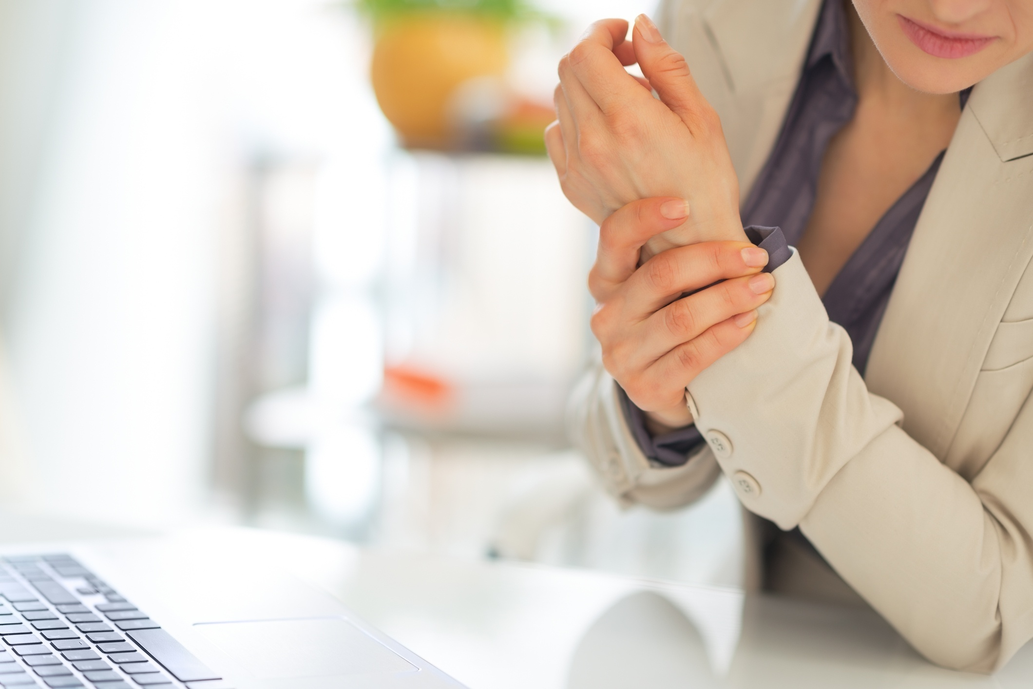 closeup-on-business-woman-with-wrist-pain-492150571_2121x1416
